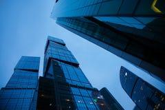 Взгляд ночи архитектуры небоскребов города Москвы сложный стоковое фото rf