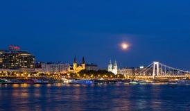 Взгляд ночи Будапешта с голубым небом цвета стоковые фото