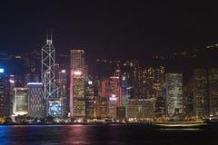 Взгляд ночи гавани Виктории в Гонконге стоковые фото