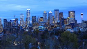 Взгляд ночи горизонт Калгари, Канады стоковые фотографии rf