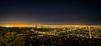 Взгляд ночи города ЛА Лос-Анджелеса панорамы от Griffith Observator стоковые изображения rf