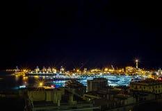 Взгляд ночи города ноча маяка порта Skyline/Генуи, Генуи ландшафта Италии Генуи освещает Стоковые Изображения