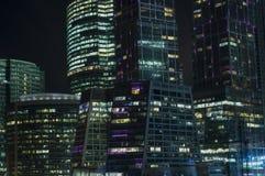 Взгляд ночи делового центра Москвы международного стоковые фото