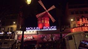 Взгляд ночи загоренного румян Moulin в Париже, Франции видеоматериал