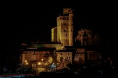 Взгляд ночи замка Serralunga стоковые изображения rf