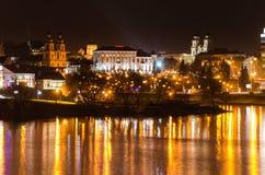 Взгляд ночи зданий стороной и отражением реки стоковая фотография