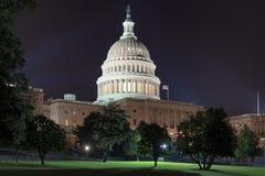 Взгляд ночи здания капитолия Соединенных Штатов в DC Вашингтона стоковое фото