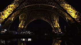 Взгляд ночи известной Эйфелевой башни в Париже, Франции символ туризма сток-видео