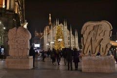 Взгляд ночи к квадрату Duomo украшенному с рождественской елкой и Duomo Милана в предпосылке стоковые изображения rf