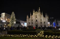 Взгляд ночи к концерту Нового Года на квадрате Duomo с много настоящим моментом людей стоковые фото