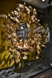 Взгляд ночи к магазину модной одежды Dolce & Gabbana для женщин украшенных на праздники рождества стоковое фото rf