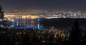 Взгляд ночи львов стробирует мост, центр города Ванкувера, и понижает m Стоковое фото RF