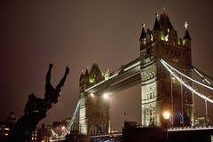 Взгляд ночи моста башни Стоковое фото RF