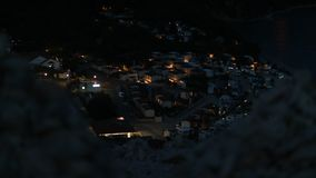 Взгляд ночи на автомобили располагаясь лагерем от скалистого холма в Хорватии стоковые изображения