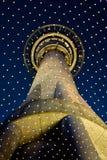 Взгляд ночи на башне неба Стоковые Изображения