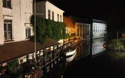 Взгляд ночи на исторических каналах Брюгге стоковые фотографии rf