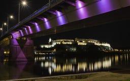 Взгляд ночи на исторических крепости и Дунае Petrovaradin, Стоковое Изображение