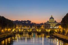 Взгляд ночи на соборе ` s St Peter в Риме, Италии Стоковое Изображение