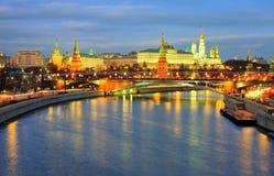 Взгляд ночи обваловка реки Кремля и Москвы Стоковое Изображение