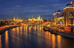 Взгляд ночи обваловка реки Кремля и Москвы Стоковые Фотографии RF