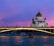 Взгляд ночи панорамный Москвы Христоса собор спасителя, река моста Bolshoy Kamenny, Moskva с прогулочными катерами и embankmen Стоковое фото RF