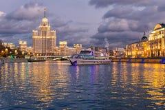 Взгляд ночи реки Moskva и touristic курсировать шлюпки стоковые изображения rf