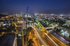 Взгляд ночи Сантьяго de Чили к восточной части города, показывающ реку Mapocho и Providencia и Las Condes distric Стоковое Фото