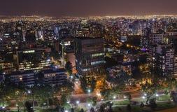 Взгляд ночи Сантьяго de Чили к восточной части города, показывающ реку Mapocho и Providencia и Las Condes distric Стоковое фото RF