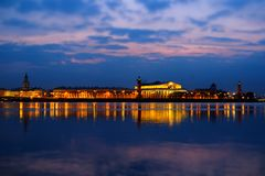 Взгляд ночи Святого-Peterburg над рекой стоковое изображение