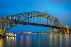 Взгляд ночи Сиднея с мостом гавани Сиднея стоковое изображение