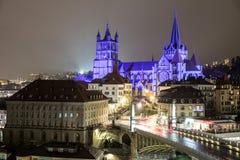 Взгляд ночи собора Нотр-Дам Лозанны, Лозанны, Швейцарии стоковые изображения rf