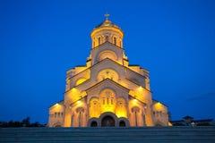 Взгляд ночи собора святой троицы Тбилиси обыкновенно известного как Sameba главный собор грузинской православной церков церков стоковая фотография