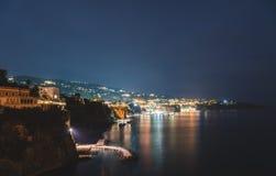 Взгляд ночи Сорренто, Италии E стоковая фотография