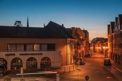 Взгляд ночи улицы с домами на сумраке в Tielt Стоковая Фотография