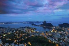 Взгляд ночи хлебца сахара горы и Botafogo в Рио-де-Жанейро Стоковая Фотография RF