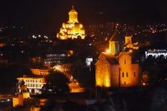 Взгляд ночи церков Metekhi и собора святой троицы, Тбилиси, Georgia стоковое изображение