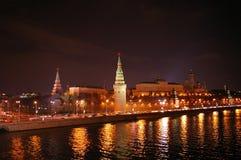 взгляд ночи kremlin moscow Стоковые Изображения