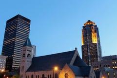 взгляд ночи moines des городской Айовы стоковое фото rf