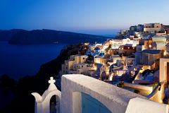 Взгляд ночи Oia Santorini Стоковая Фотография