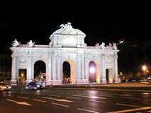 Взгляд ночи Puerta de Alcala на ноче в Мадриде, Испании стоковые фотографии rf