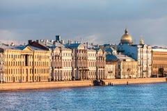 Взгляд обваловки дворца реки Neva, Санкт-Петербурга, России стоковое изображение rf