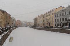 Взгляд обваловки реки Moyka исторический центр Санкт-Петербурга, России Зимнее время со снегом и льдом стоковые фотографии rf