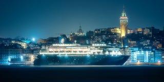 Взгляд общественного парома и старого района Стамбула Стоковое Фото