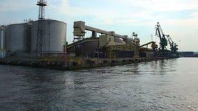 Взгляд огромных складов и порта вытягивает шею от шлюпки двигая в прошлом, транспорт акции видеоматериалы