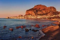 Взгляд одного из старых городков на море Сицилии - Cefalu - Италии стоковые изображения rf