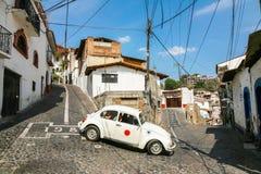 Взгляд одной из центральных улиц с типичным автомобилем жука VW внутри Стоковые Изображения RF