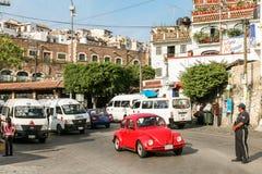Взгляд одной из центральных улиц с типичным автомобилем жука VW внутри Стоковые Фото