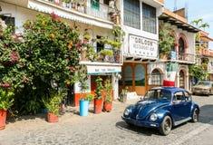 Взгляд одной из центральных улиц с типичным автомобилем жука VW внутри Стоковая Фотография RF