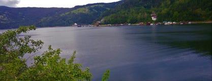Взгляд озера и городка стоковое фото