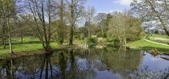 Взгляд озера и окрестности восьмиугольник в Stowe, Buckinghamshire, Великобритании стоковое изображение rf